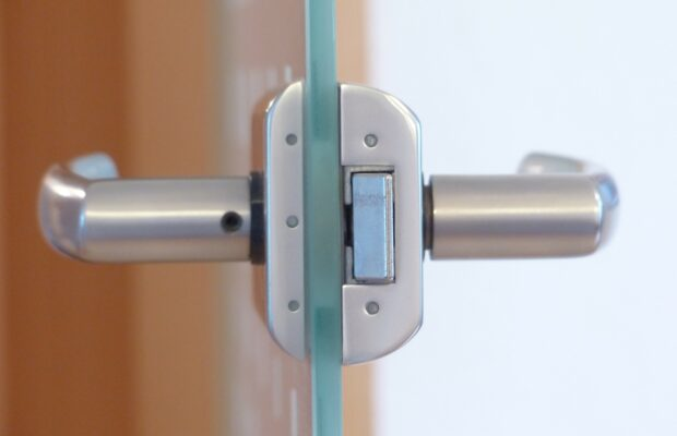 Wejściowe drzwi z przeszkleniem